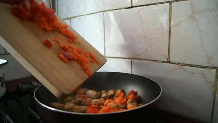 Для приготовления лапши удон, обжарьте овощи
