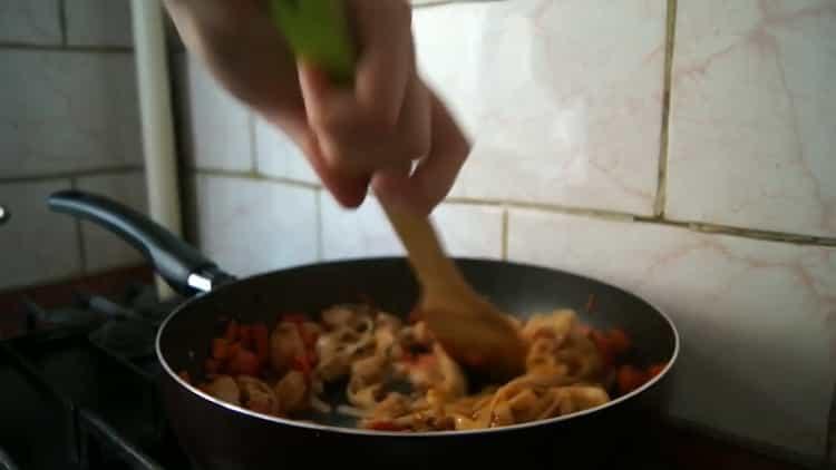 Для приготовления лапши удон, смешай мясо и лапшу