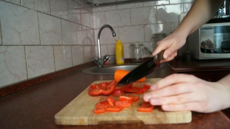Для приготовления лапши удон, нарежьте перец