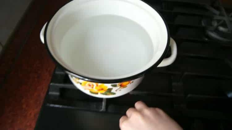 Для приготовления лапши удон, разогрейте воду