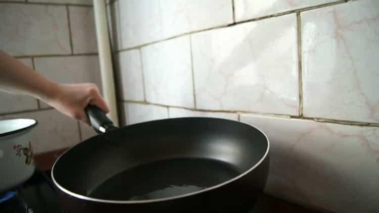 Для приготовления лапши удон, подготовьте сковородку