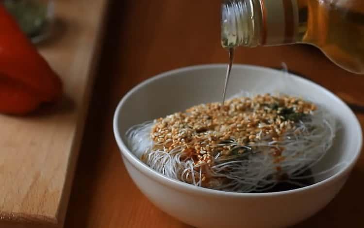 Для приготовления лапши фрунчезы добавьте кунжутное масло