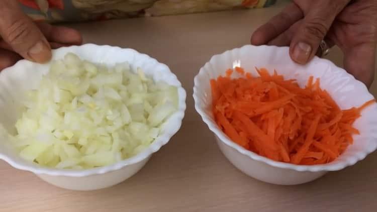 Для приготовления голубцов нарежьте овощи