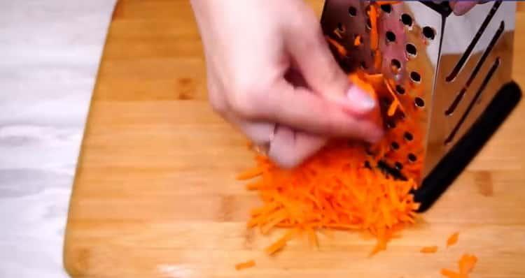 Для приготовления голубцов натрите морковь