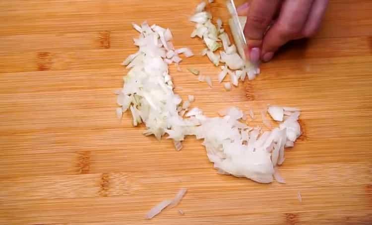 Для приготовления голубцов нарежьте капусту