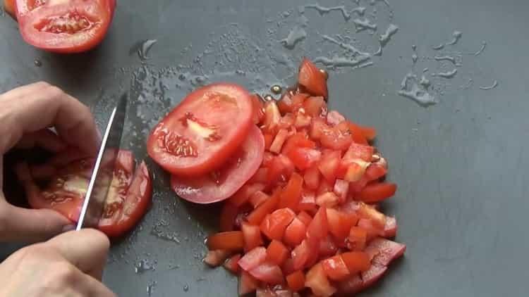 Для приготовления ленивых голубцов нарежьте помидоры
