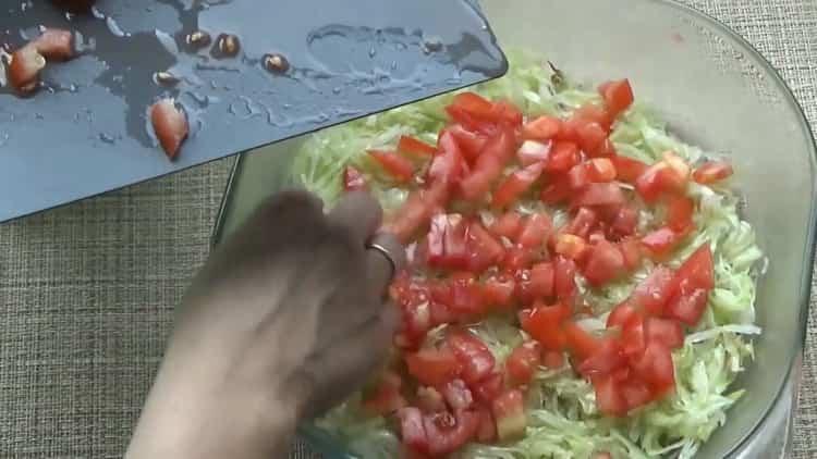 Для приготовления ленивых голубцов выложите слой помидоров