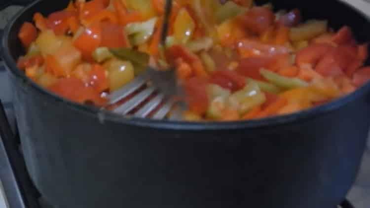 Для приготовления лечо,положите перец в маринад