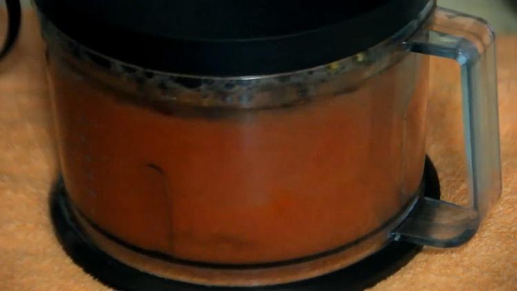 Для приготовления лечо измельчите помидоры