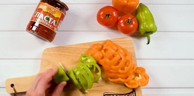 Для приготовления лечо нарежьте перец