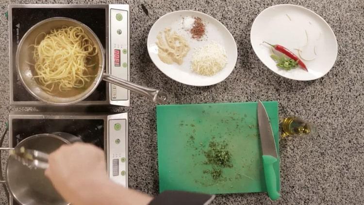 Для приготовления пасты отварите лапшу