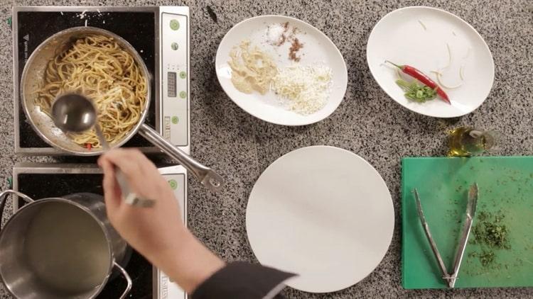 Для приготовления пасты смешайте ингредиенты для лапши