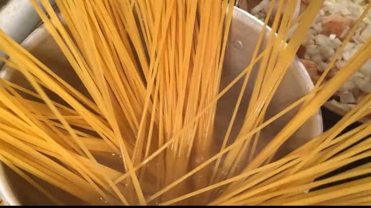 Для приготовления макарон с котлетами, отварите лапшу