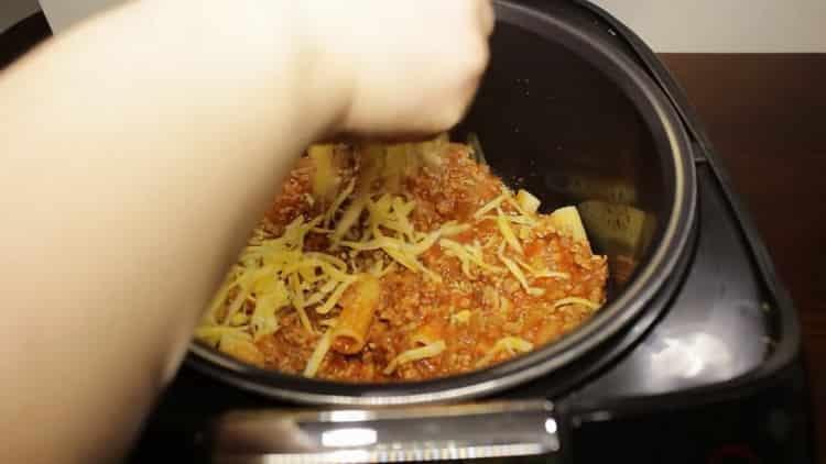 Для приготовления макарон с фаршем засыпьте слой сыром