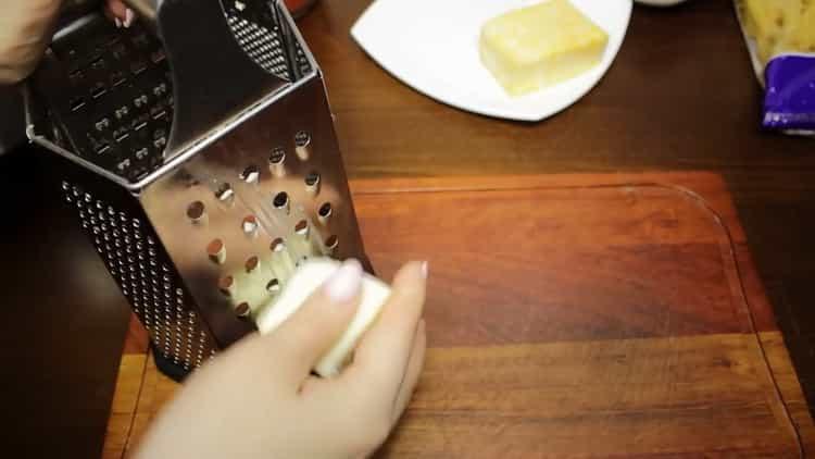 Для приготовления макарон с фаршем натрите сыр