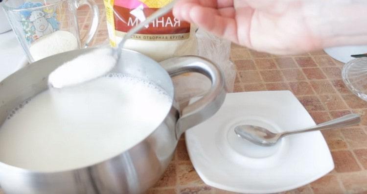 Сразу добавляем сахар и соль.