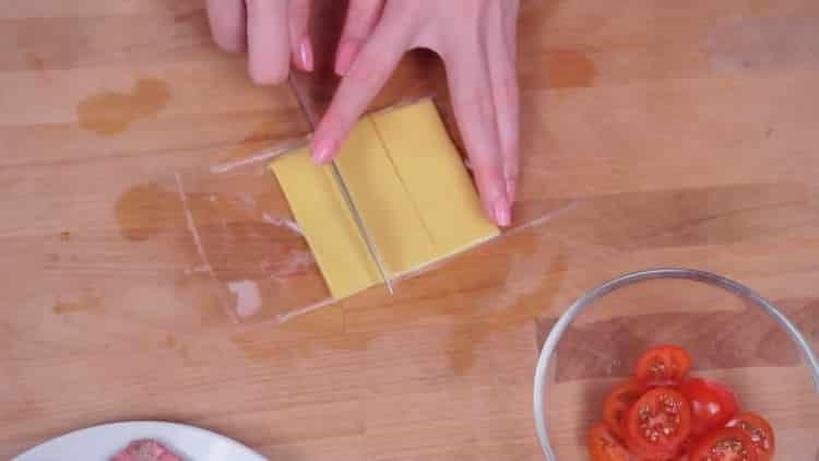 Для приготовления бургеров нарежьте сыр