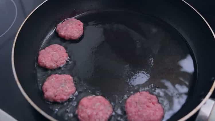 Для приготовления бургеров обжарьте котлеты