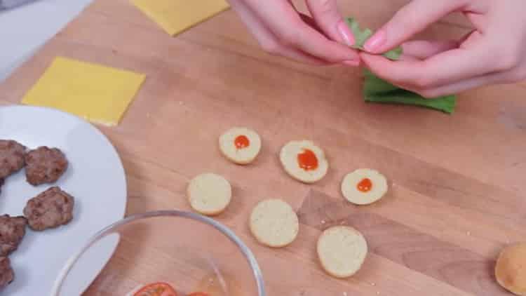 Для приготовления бургеров на булочки положите кетчуп