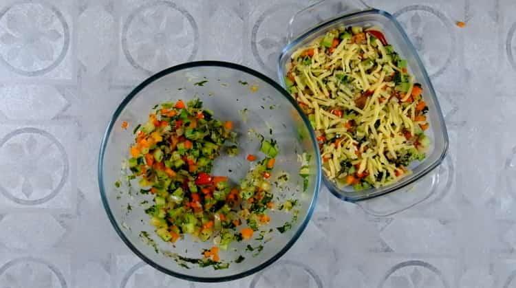 Для приготовления овощной лазаньи натрите сыр