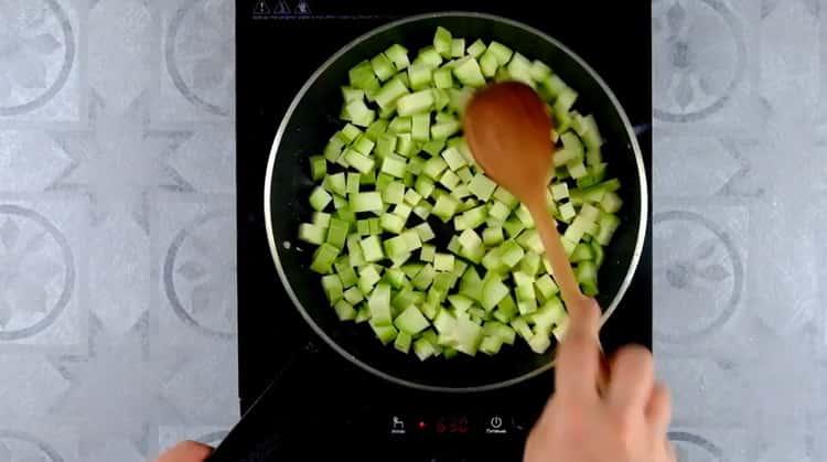Для приготовления овощной лазаньи нарежьте кабачки