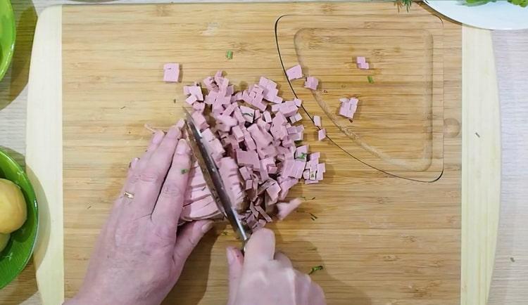 Для приготовления окрошки нарежьте колбасу