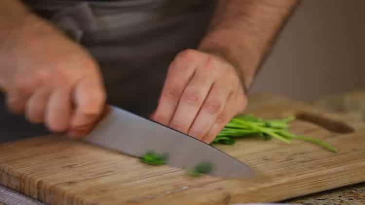 Для приготовления пасты нарежьте зелень
