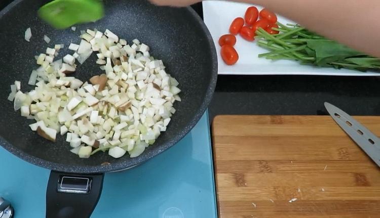 Для приготовления пасты нарежьте ингредиенты