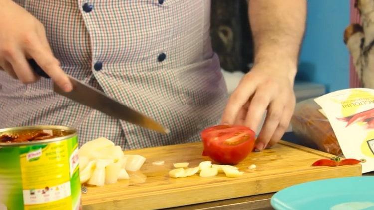 Для приготовления пасты с кальмарами подготовьте ингредиенты