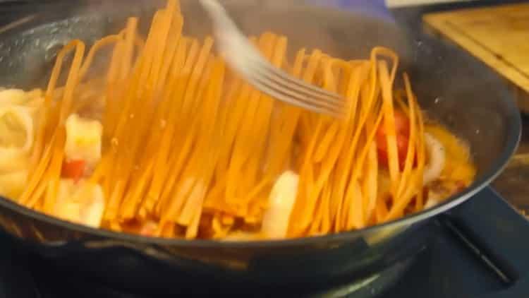 Для приготовления пасты с кальмарами соедините ингредиенты