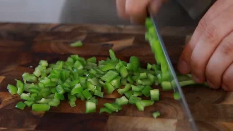 Для приготовления пасты нарежьте перец