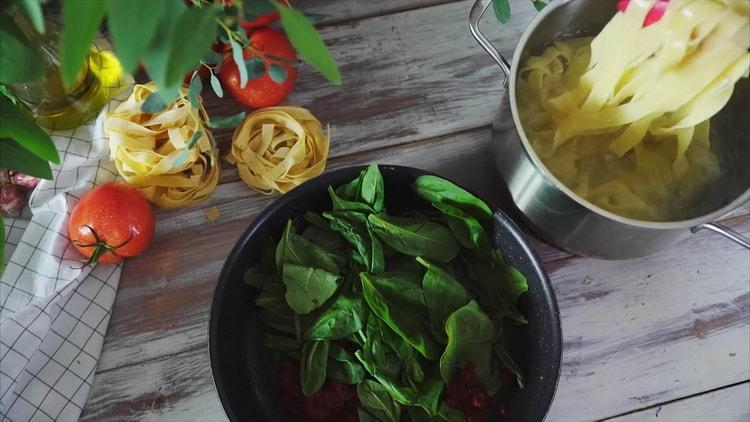 Для приготовления пасты с сыром подготовьте шпинат