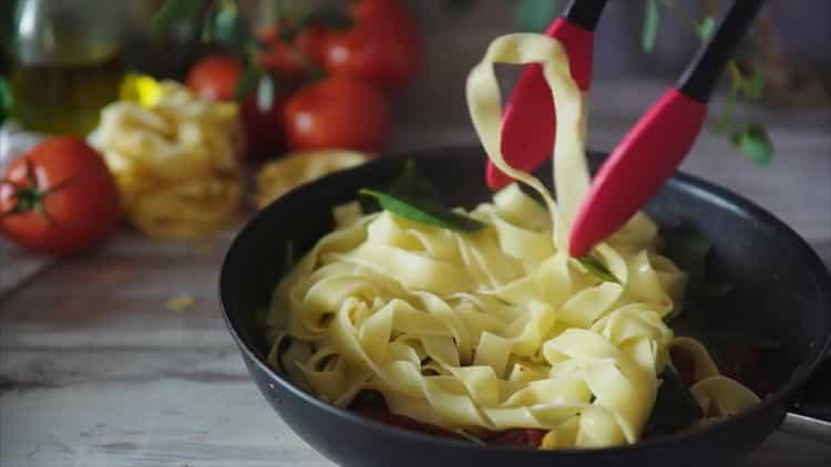 Для приготовления пасты с сыром смешайте ингредиенты