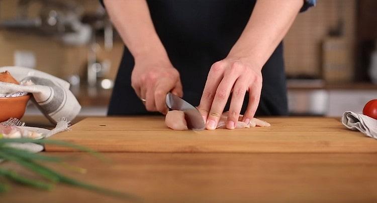 Нарезаем небольшими кусочками куриное филе.