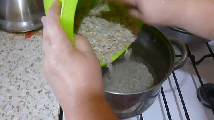 Для приготовления перловки отварите крупу