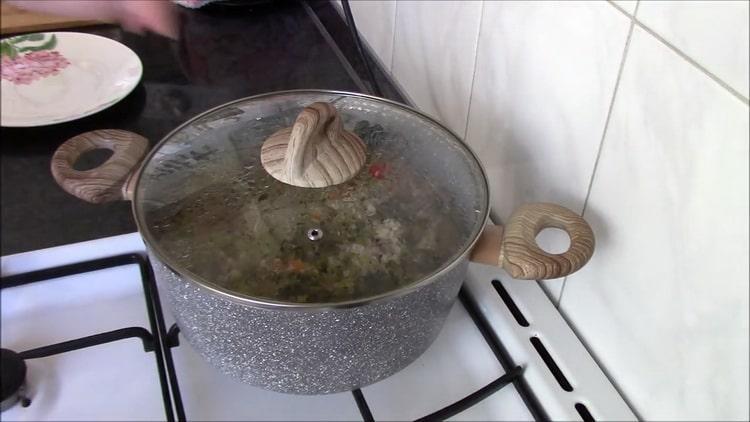 Для приготовления перловки с тушенкой соедините все ингредиенты