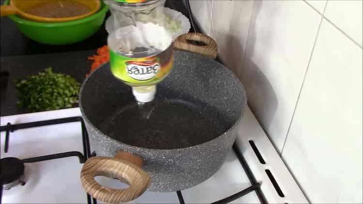 Для приготовления перловки с тушенкой разогрейте сковородку