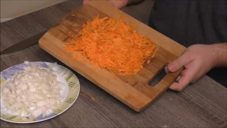 Для приготовления плова из перловки натрите морковь