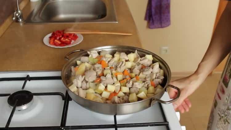 Для приготовления подливы добавьте перец
