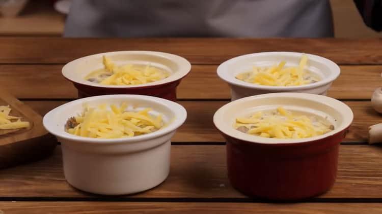Для приготовления жкльена, затрите сыром