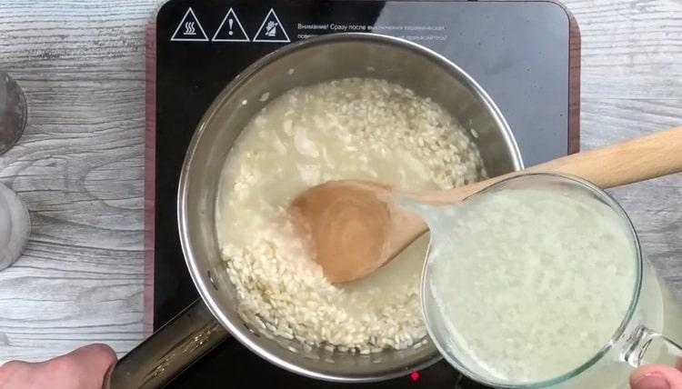Для приготовления ризотто отварите куриный бульон