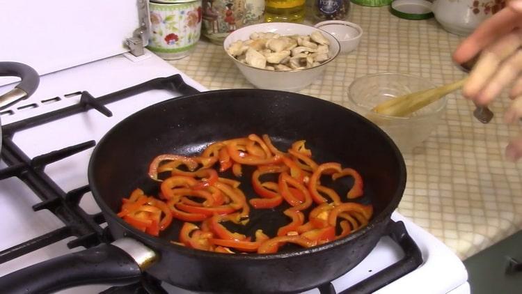 Для приготовления рисовой лапши обжарьте морковь