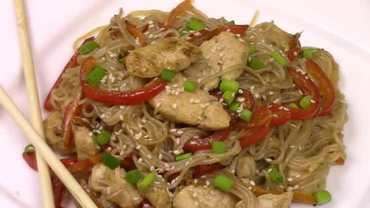 рисовая лапша с курицей и овощами готова