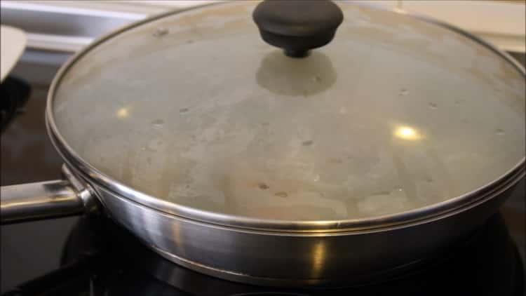 Для приготовления риса с кальмарами накройте ингредиенты крышкой