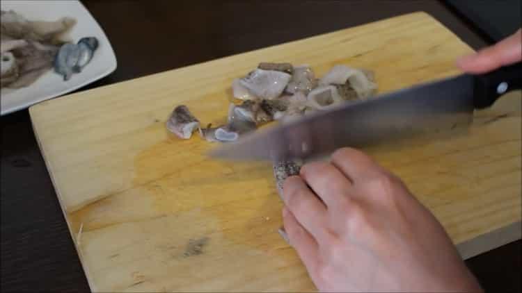 Для приготовления риса с кальмарами подготовьте ингредиенты