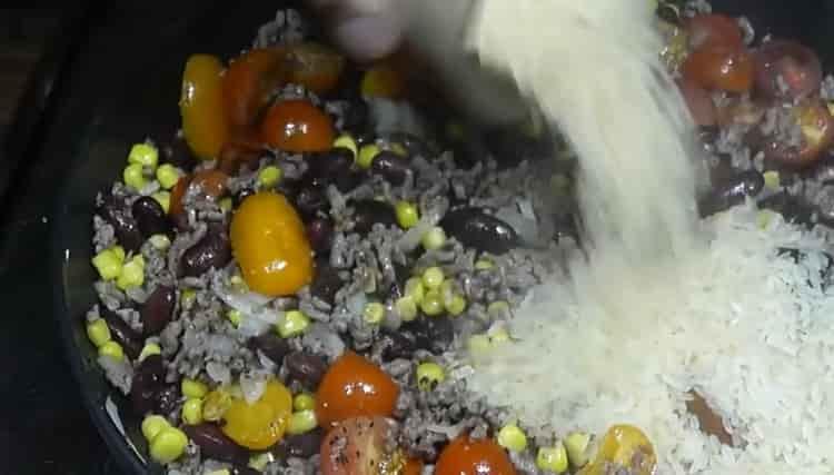 Для приготовления риса с фасолью добавьте рис
