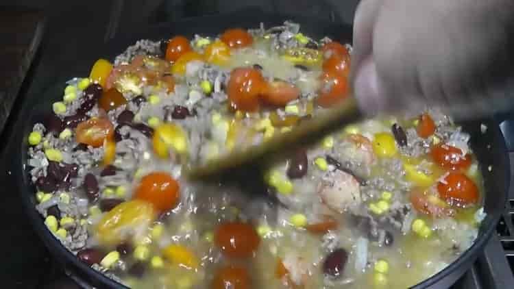 Для приготовления риса с фасолью добавьте воду