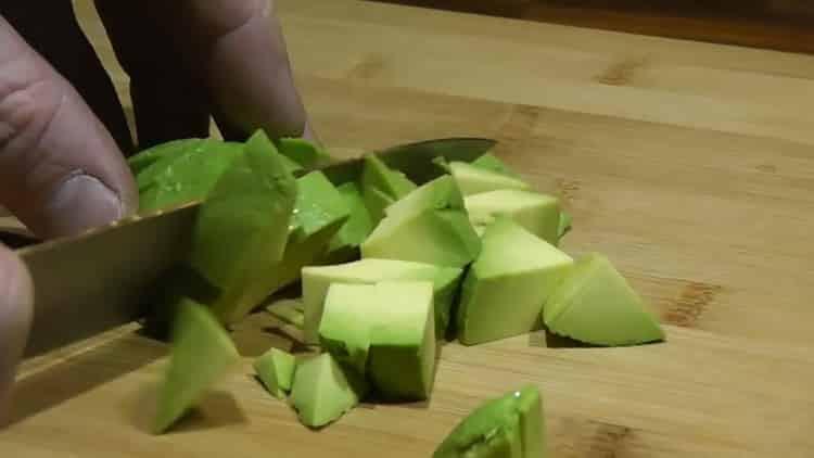 Для приготовления риса с фасолью нарежьте авокадо