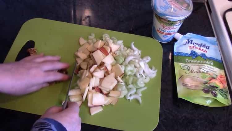 Для приготовления салата нарежьте ингредиенты
