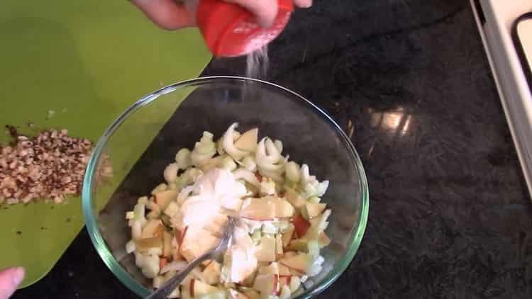 Для приготовления салата добавьте соль